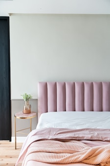 ベビーピンクのベルベットのある居心地の良いピンクの寝室コーナー