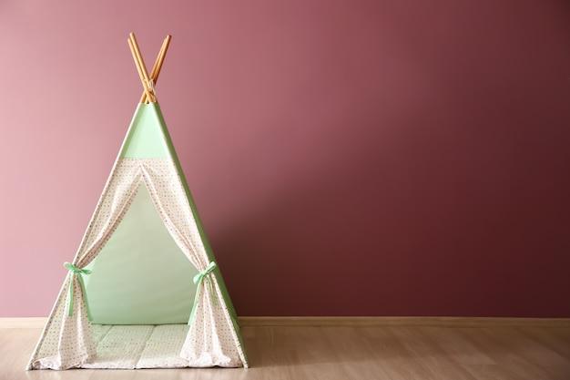 어린이 방에있는 아이들을위한 아늑한 놀이 천막