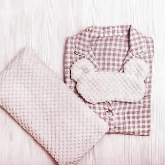 女の子のための居心地の良い赤いパジャマ、柔らかいクッション、睡眠のための面白くてふわふわのアイマスク Premium写真