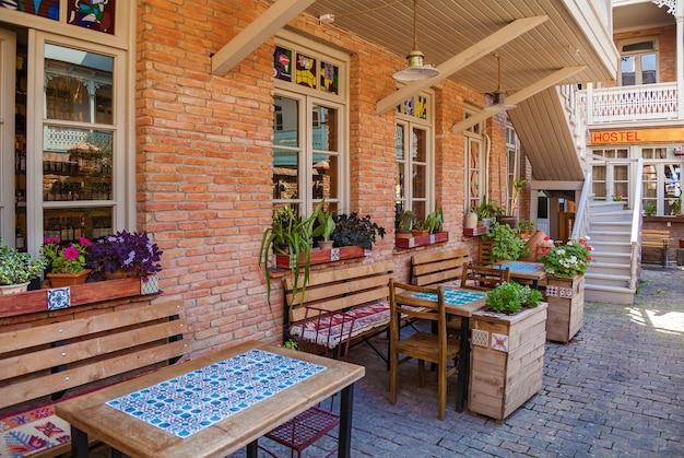 아늑한 레스토랑과 바, 트빌리시의 그루지야 와인과 함께 현지 요리의 맛과 휴식을 위한 최고의 장소. 트빌리시의 레스토랑과 바.