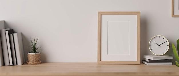 Уютный дизайн комнаты с деревянным столом для демонстрации продуктов, макет, деревянная рама и предметы декора