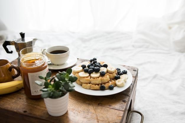 침대에서 팬케이크 아침 식사와 함께 아늑한 장면