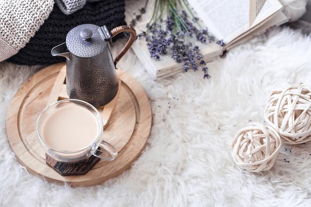 やかんと温かい飲み物のカップのある居心地の良い静物