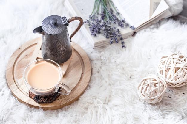 やかんと温かい飲み物のカップで居心地の良い静物