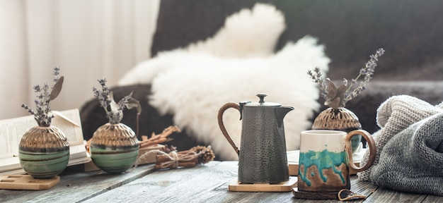 Accogliente natura morta con oggetti di arredamento per la casa