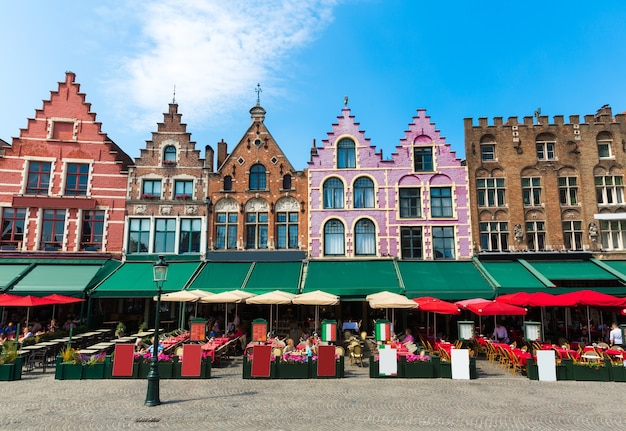 Уютное уличное кафе и фасады старых зданий в старом европейском туристическом городке.