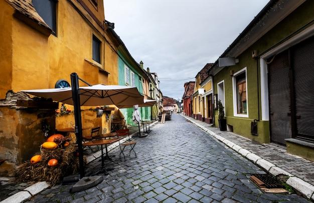 ヨーロッパの町シギショアラの居心地の良い通り