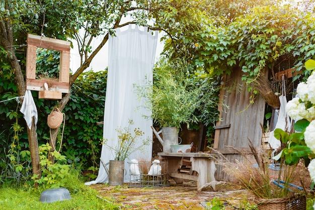 Уютное стильное деревянное зеркало и душевая кабина за городом на заднем дворе