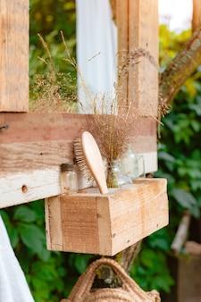 Уютное стильное деревянное зеркало на природе на заднем дворе