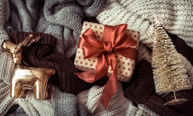 아늑한 스웨터와 축제 장식.