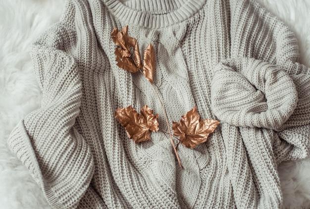 Comodi maglioni e foglie d'oro.