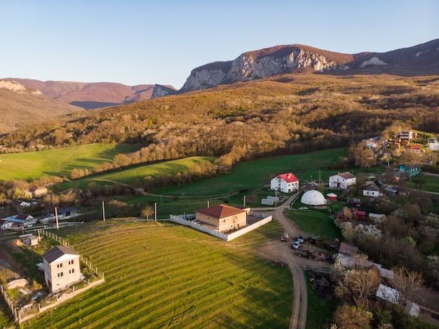 居心地の良いスイスの村。山、緑の野原、美しい自然の中でのんびりとした生活。家庭と農業。上から見る