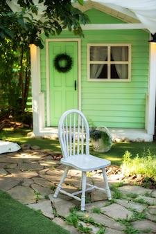 나무 의자가 있는 정원의 아늑한 테라스 가을 베란다 집