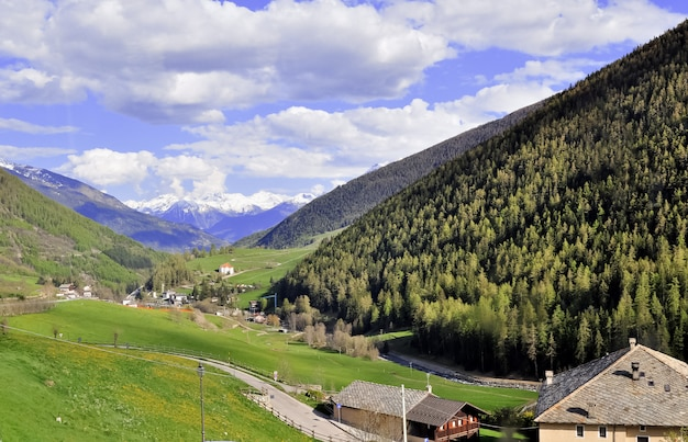 Уютная деревня в долине в горах швейцарских альп.