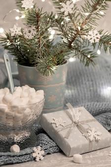 Уютная теплая домашняя зимняя новогодняя композиция с еловыми ветками в кружке