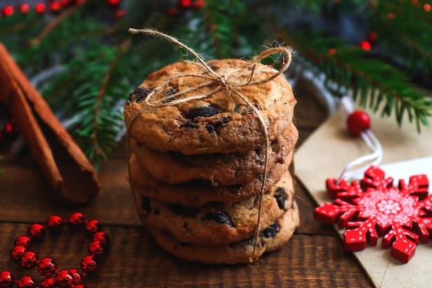 クッキーシナモンとクリスマスツリーと居心地の良い冬の背景お祝いの休日のコンセプト