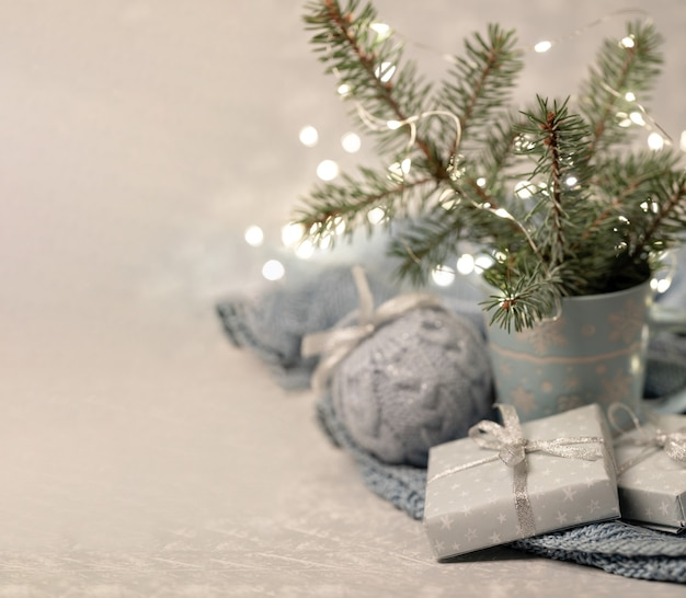 Уютная зимняя новогодняя композиция с еловыми ветками в кружке