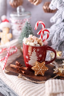 カップとマシュマロ入りのホットチョコレートで居心地の良い冬の組成物。