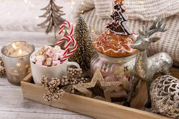 Уютная зимняя композиция с чашкой и горячим шоколадом с зефиром.