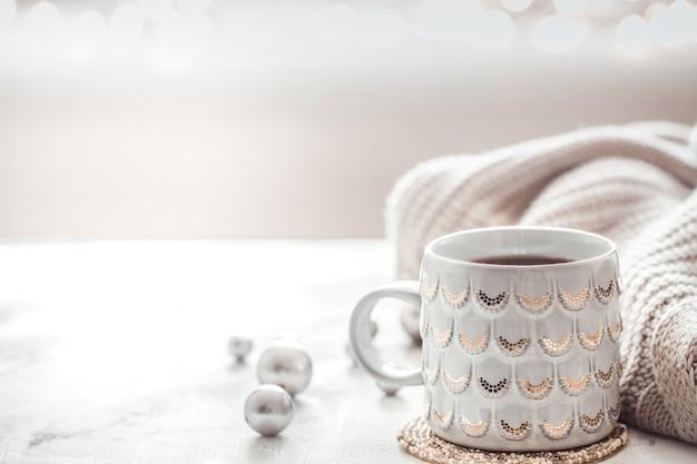 컵과 스웨터와 아늑한 겨울 구성