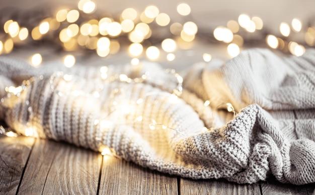 Accogliente composizione invernale con elemento a maglia e sfondo sfocato con bokeh