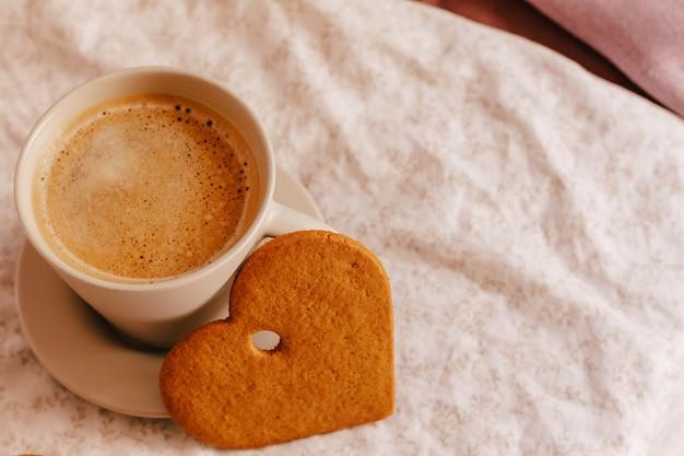 집에서 아늑한 겨울 또는 가을 아침. 뜨거운 커피, 쿠키 따뜻한 담요 및 화환, 스웨덴어 hygge 개념.
