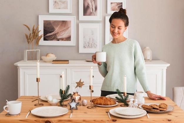 Tavolo di impostazione donna accogliente in cucina