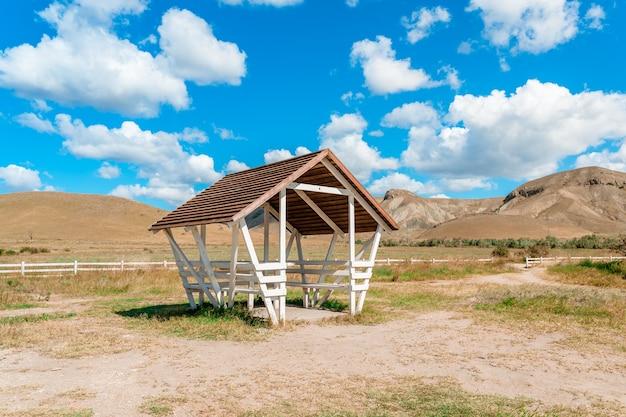 Уютный деревянный домик для пикника на берегу моря с красивым летним пейзажем с голубым небом крым