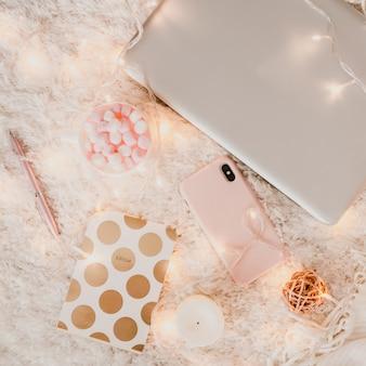 노트북으로 편안한 작업 분위기
