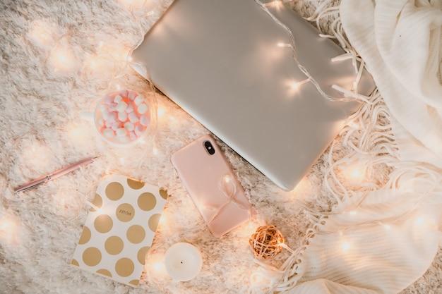 노트북으로 아늑한 작업 환경