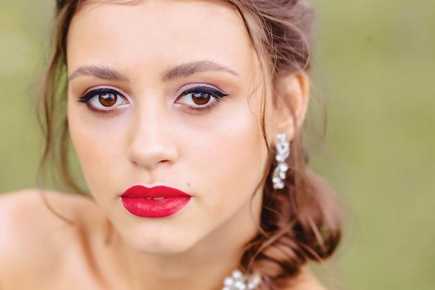 붉은 입술 closup와 아늑한 어린 소녀