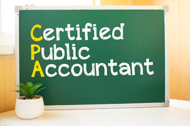 Cpa надпись мелом на школьной доске, поисковая оптимизация и веб-сайты. письменный стол, шарики из бумаги, компьютерная клавиатура