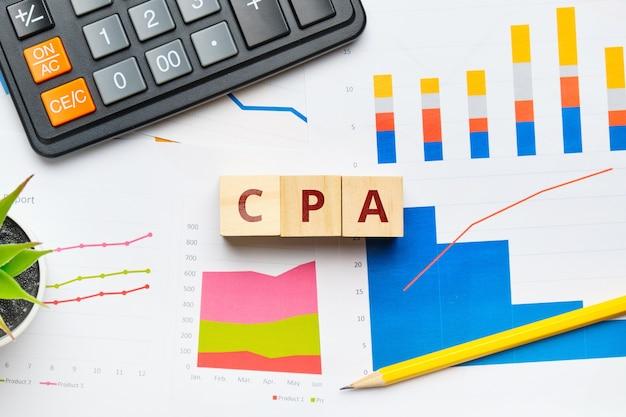 Cpa с графиками и отчетами на бумаге.