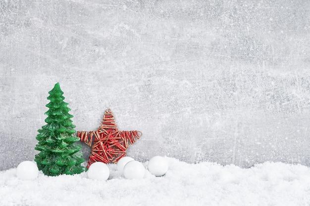 クリスマスの背景。灰色の背景に雪で伝統的なクリスマスの装飾。 cpaceをコピーします。
