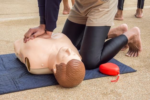 Cpr тренировка фиктивного случая от утопления