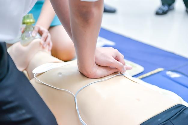 Cpr人形の胸部圧迫を実証する基本的な生活支援