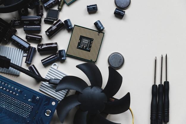 コピースペースフラットレイpcパーツと白い背景の上のcpuバッテリーコンデンサラジエーターチップ