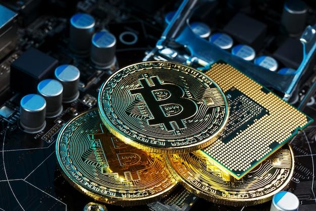 コンピューター回路基板cpu上のゴールデンビットコイン暗号通貨。