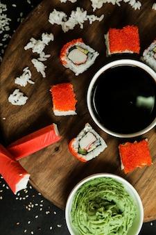 Крабовые маки с рисом и соевым соусом