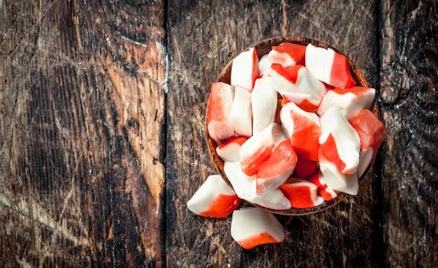 ボウルにカニ肉。木製の背景に。