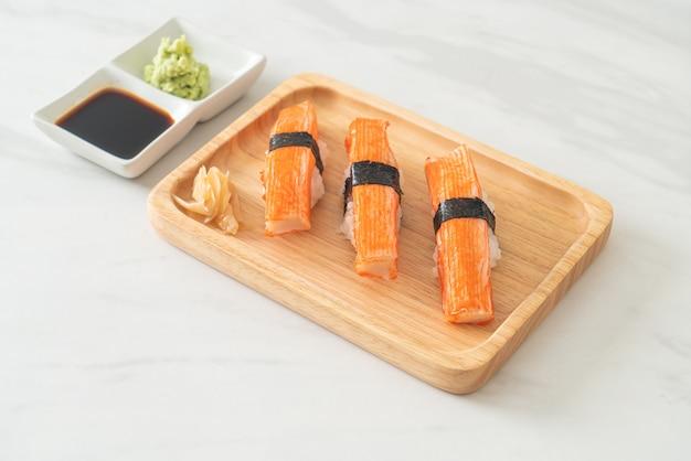 木の板にカニカマ寿司-日本食スタイル