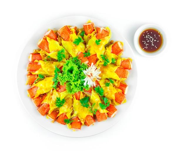 게 스틱 완탕 중국 만두 퓨전 스타일 뿌린 바삭한 마늘 장식 야채 topview