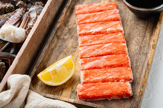 Крабовые палочки, полуфабрикаты из морепродуктов, рыбный фарш с набором синего плавательного краба, на белом фоне