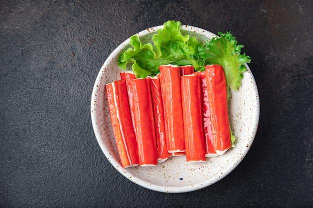 カニカマは半完成のシーフードの新鮮な部分をテーブルのコピースペースで食事の軽食を食べる準備ができています