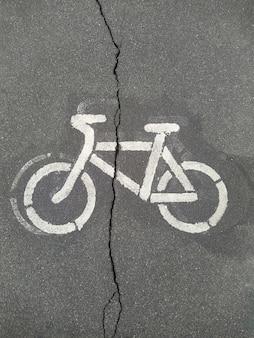 標識自転車自転車専用車線の真ん中にひびが入っている状態が悪い