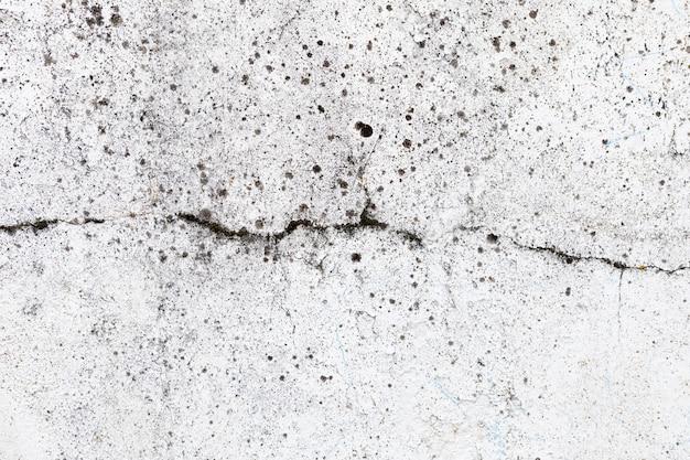 시멘트 바닥에 균열. 손상된 벽