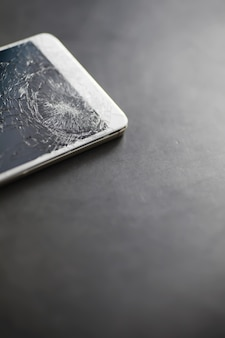 ガラスにひびが入る。壊れた画面。壊れた電話。ひびの入ったガラスの背景。ガラスの白いひび。