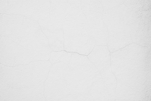 Трещина на белой цементной стене