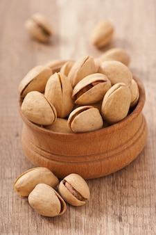 木製ボウルにひびの入った乾燥ピスタチオナッツ