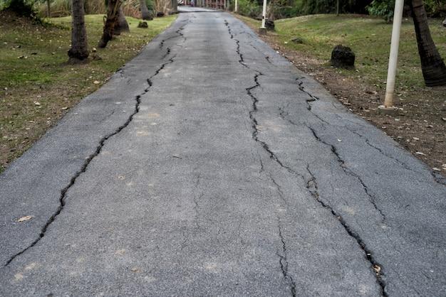 地震後の地方道路のひび割れアスファルトやエルニーニョの災害